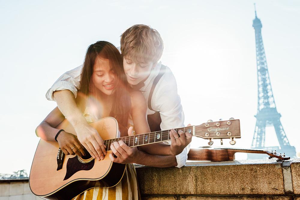 Paris-Photographer-Love-Story-Music-Trocadero-IheartParisfr.jpg