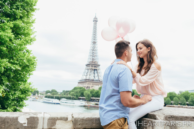 Paris Photographer, Couple Photoshoot, Eiffel Tower, balloons, iheartparisfr