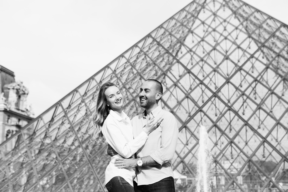 Photographer in Paris Couple Session Louvre pyramid Iheartparisfr