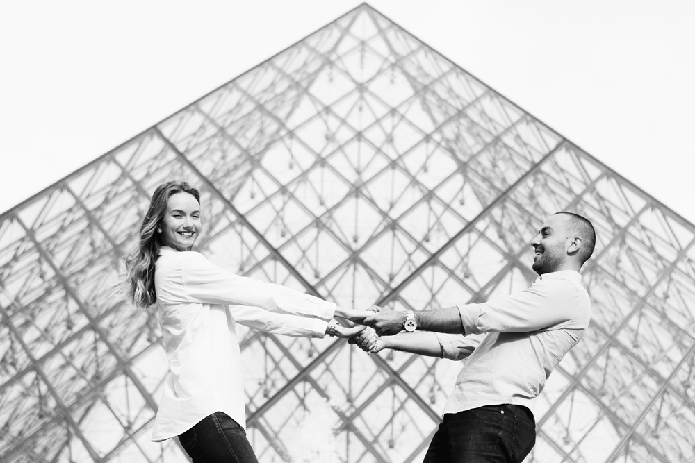 Paris Photographer Couple Session Louvre pyramid Iheartparisfr