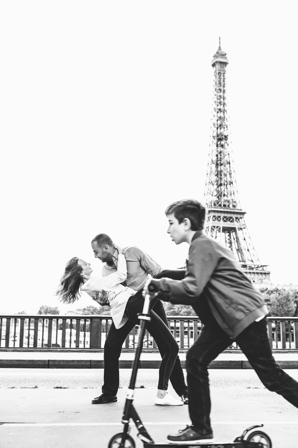 Paris-Photographer-Couple-Session-Bir-Hakeim-Eiffel-Tower-fun-Iheartparisfr.jpg