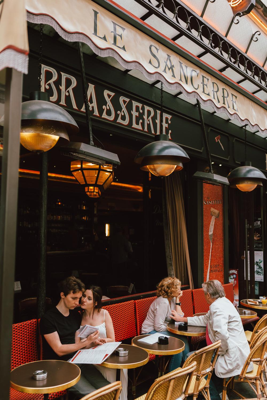 Paris-Photographer-Montmartre-Lovestory-cafe-sacrecoeur-iheartparisfr.jpg