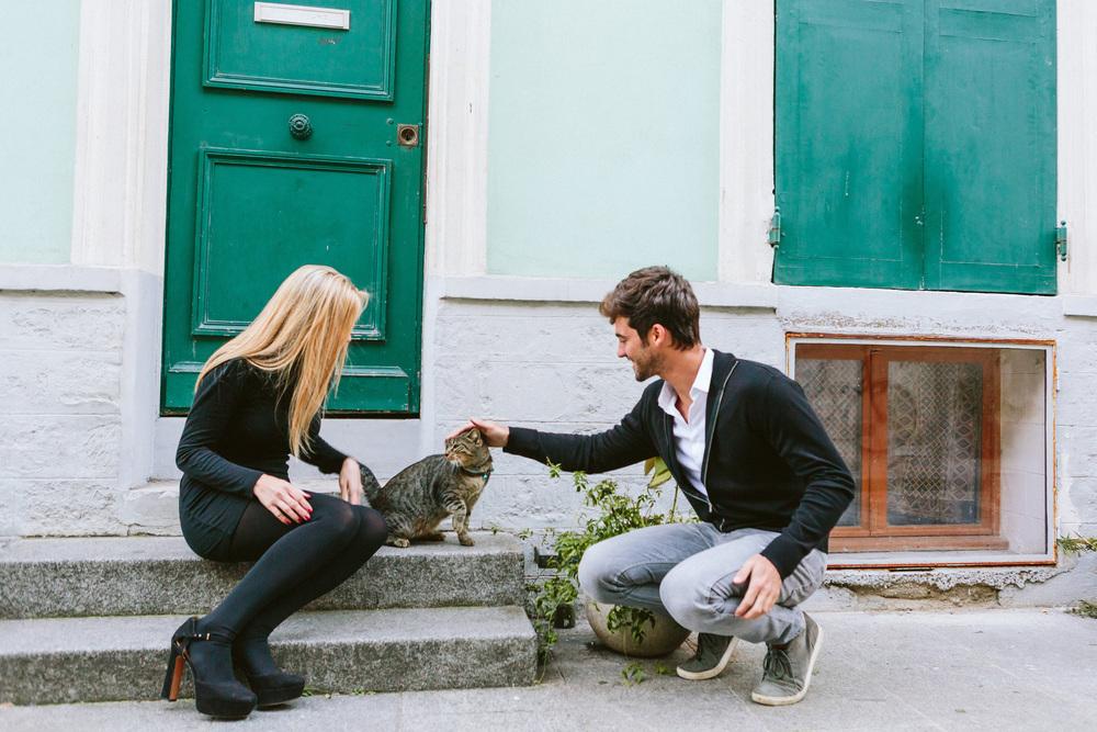 Paris Photographer Lovestory rue cremieux Paris Photographer rue cremieux street love story cat