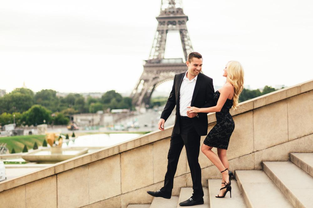 paris photographer engagement tour eiffel