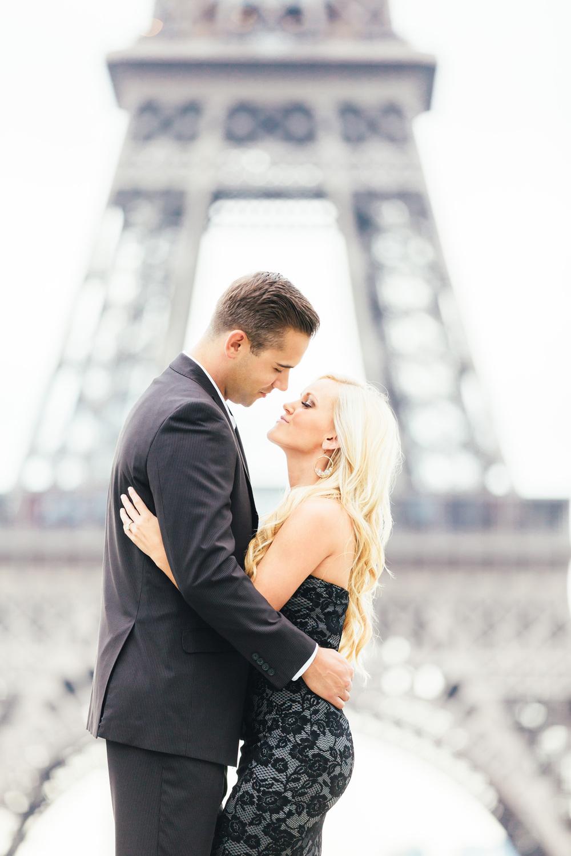 Paris Photographer engagement tour eiffel trocadero