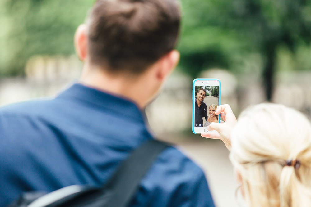 Photographer in Paris tuileries engagement lovestory