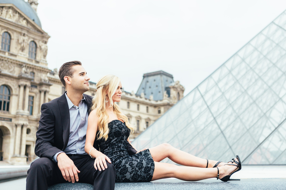 paris photographer engagement louvre pyramid