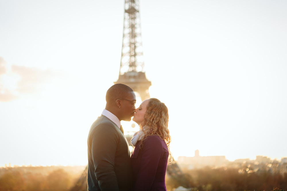 paris photographer kissing couple at sunrise by the eiffel tower at trocadero