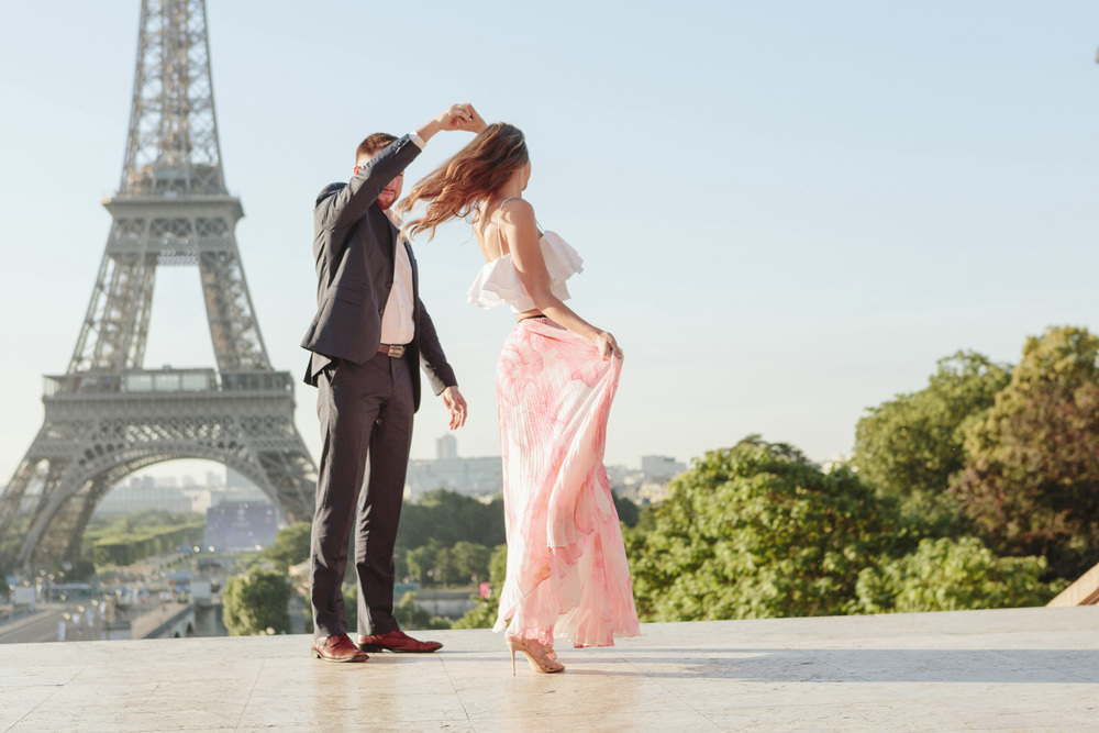 paris photographer couple dancing at trocadero by eiffel tower