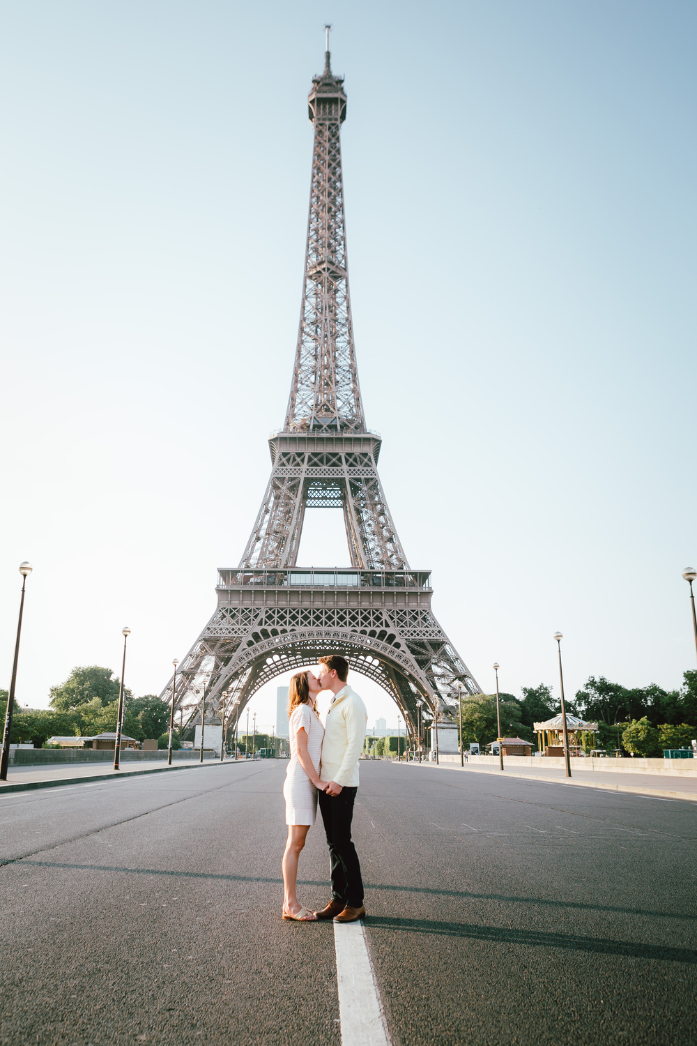 paris photographer surprise proposal session for a couple by the eiffel tower