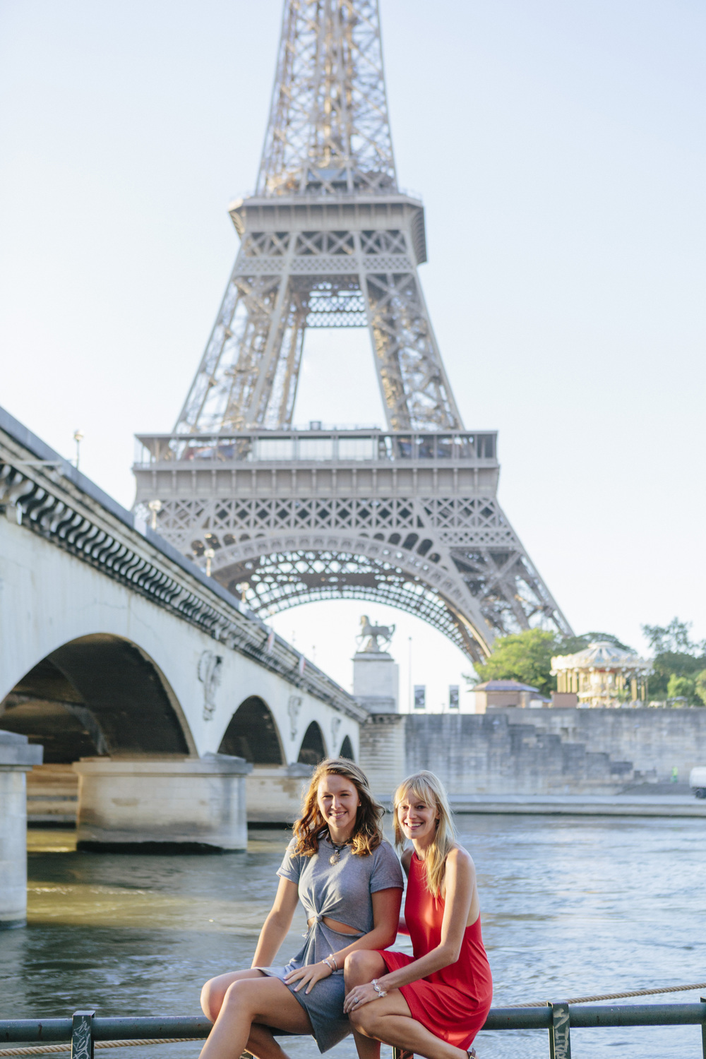 paris photographer family portrait by the eiffel tower near seine river