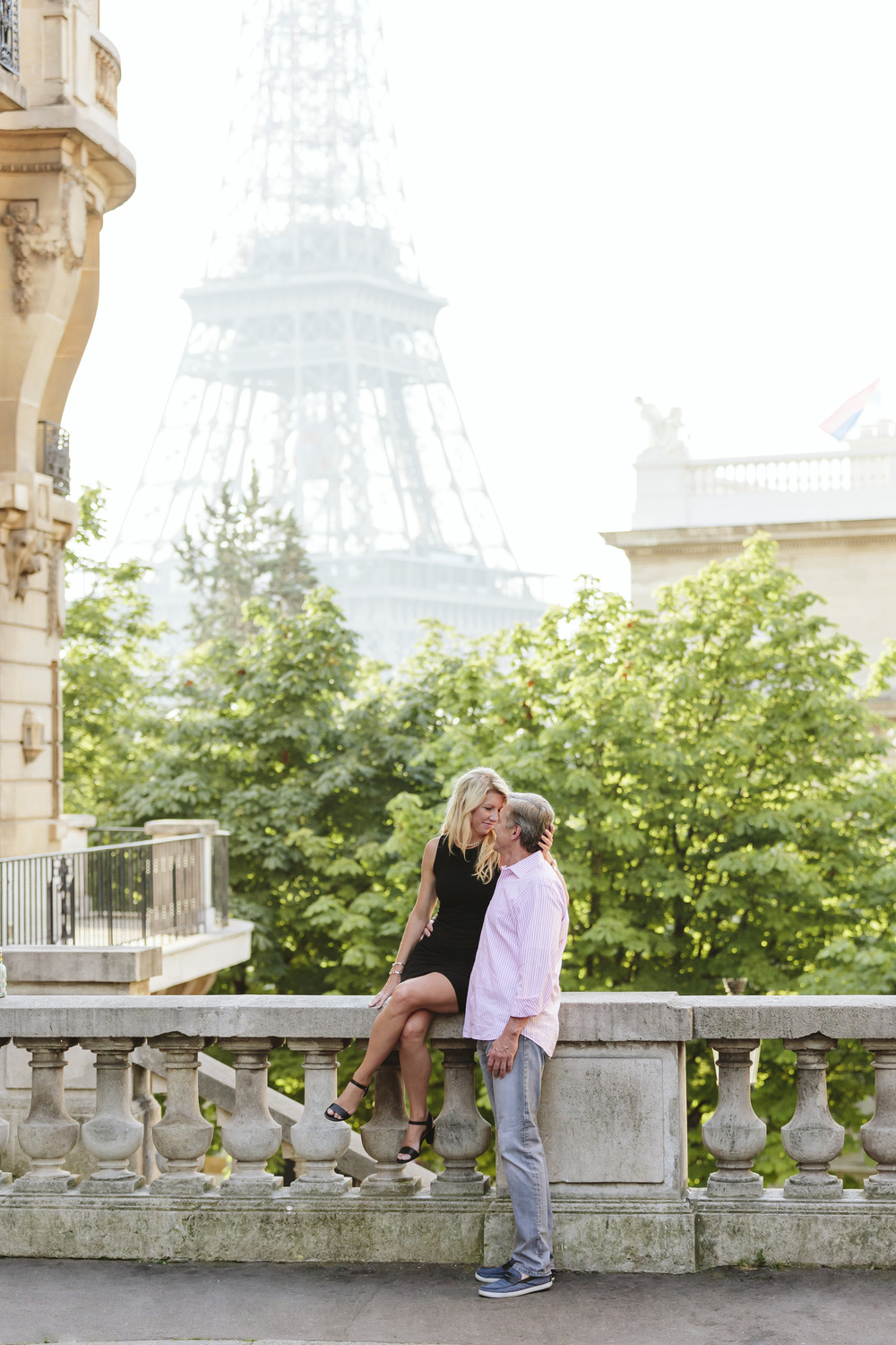 couple session portrait at passy by the eiffel tower captured by photographer in paris