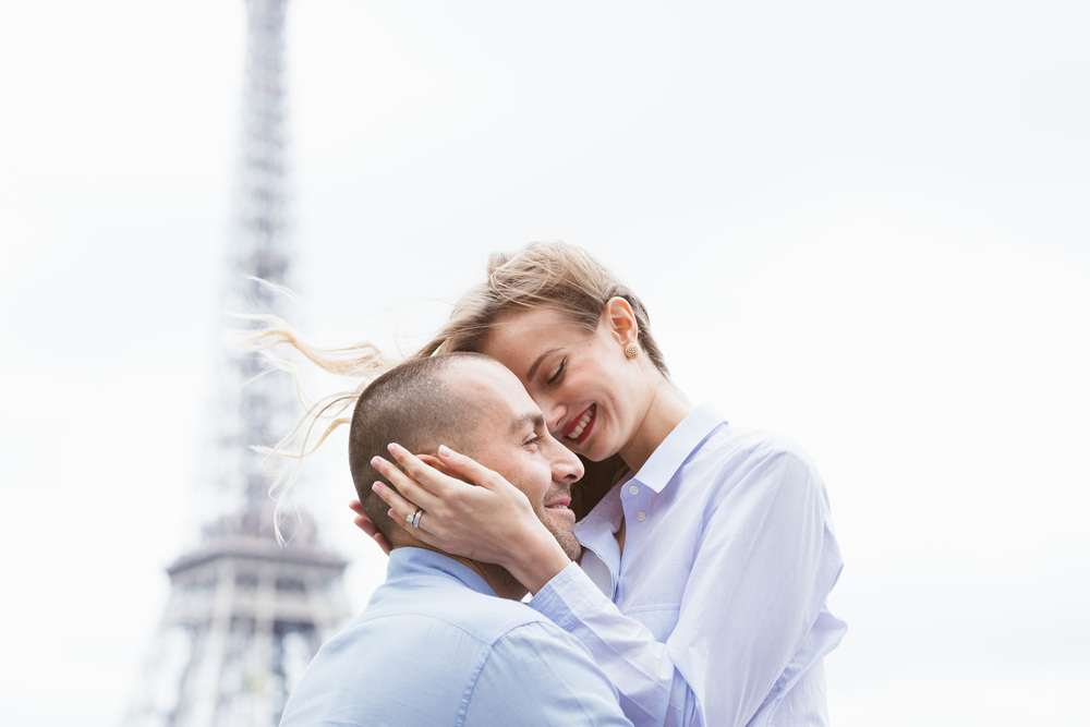 romantic couple portrait at bir hakeim bridge with view of eiffel tower captured by paris photographer federico guendel