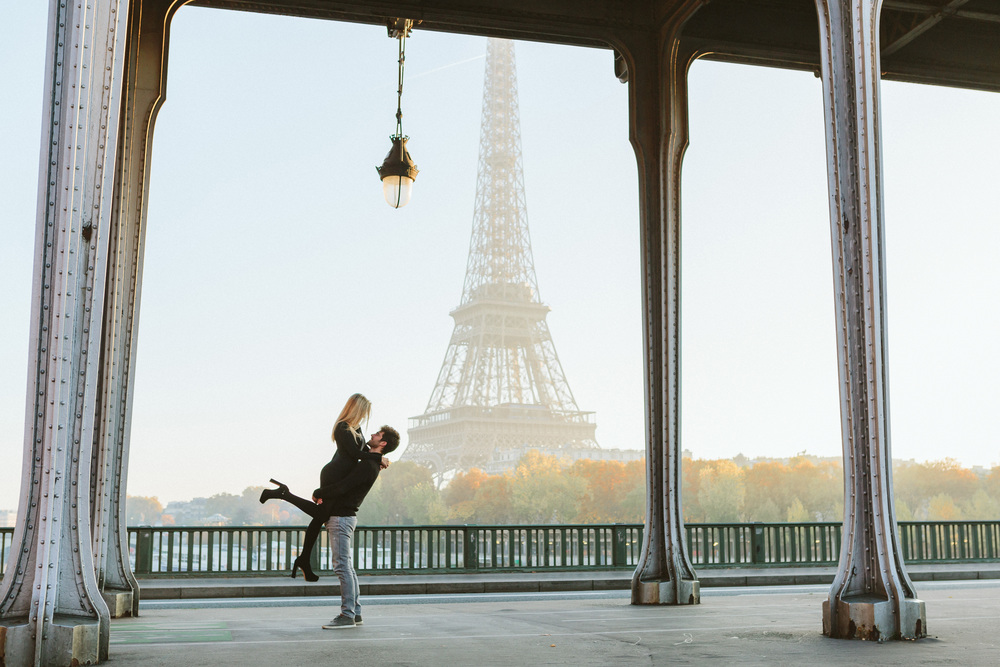 couple portrait at bir-hakeim bridge with view of eiffel tower at sunrise captured by paris photographer federico guendel