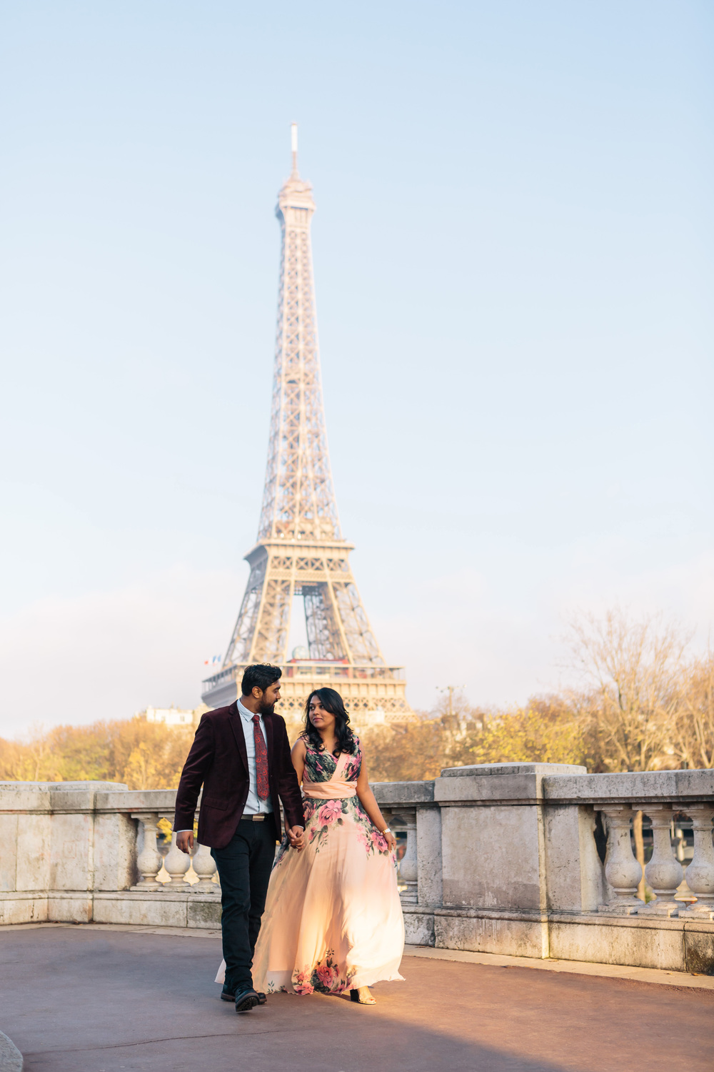 romantic engagement couple portrait at bir hakeim bridge with view of eiffel tower by paris photographer federico guendel