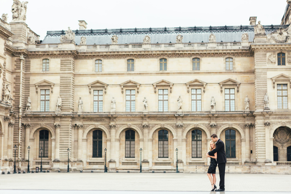 paris photographer federico guendel couple romantic engagement portrait session at the courtyard of louvre museum