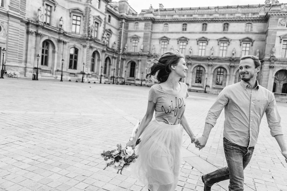 paris photographer federico guendel couple romantic honeymoon portrait session at the courtyard of louvre museum