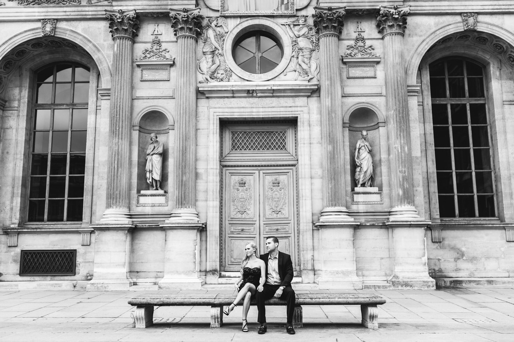 romantic louvre museum courtyard couple portrait black and white by paris photographer federico guendel