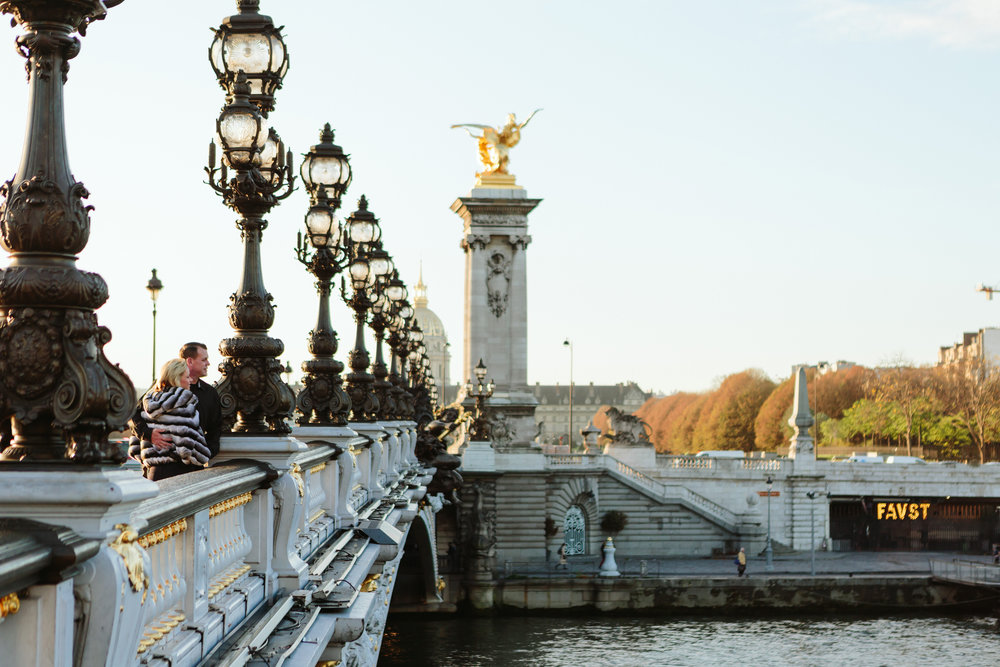 paris photographer federico guendel engagement couple portrait on alexandre III bridge