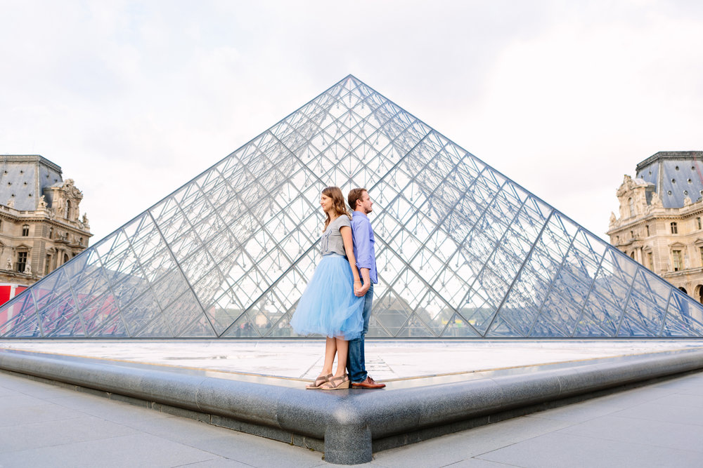 paris photographer federico guendel honeymoon couple romantic portrait session at the pyramid of louvre museum