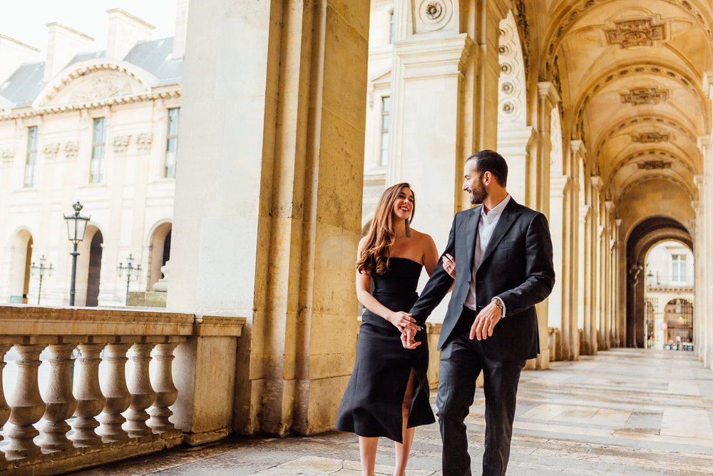paris photographer federico guendel couple romantic engagement portrait session at the corridor of louvre museum