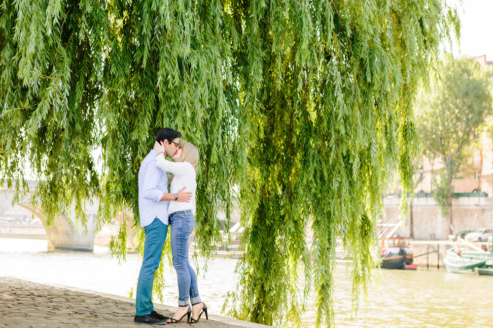 paris photographer couple session by a tree at ile de la cite by the seine river