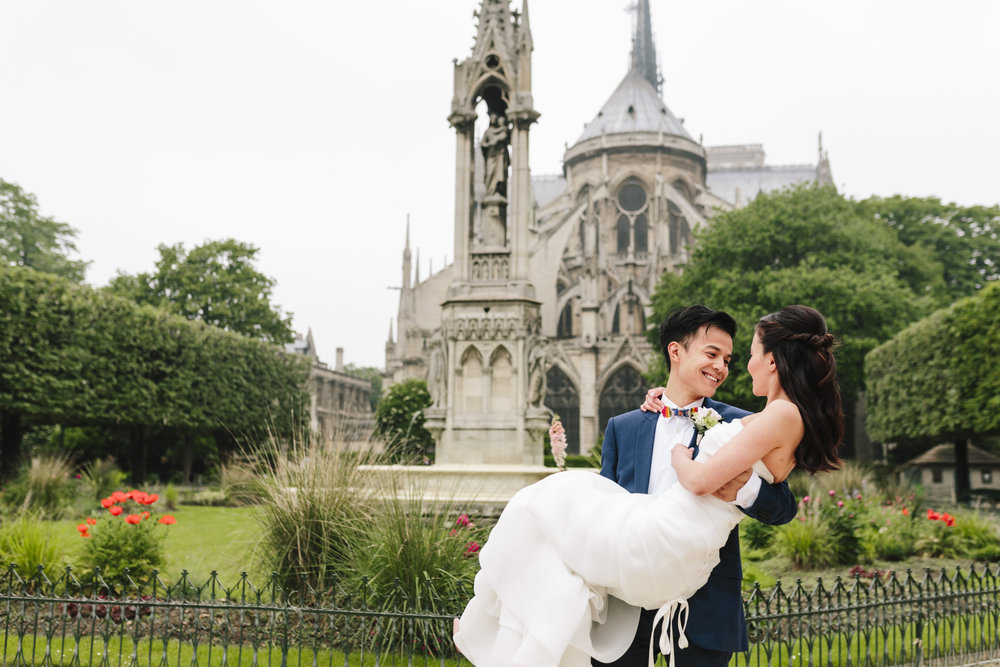 paris photographer pre-wedding couple session in the garden by notre dame