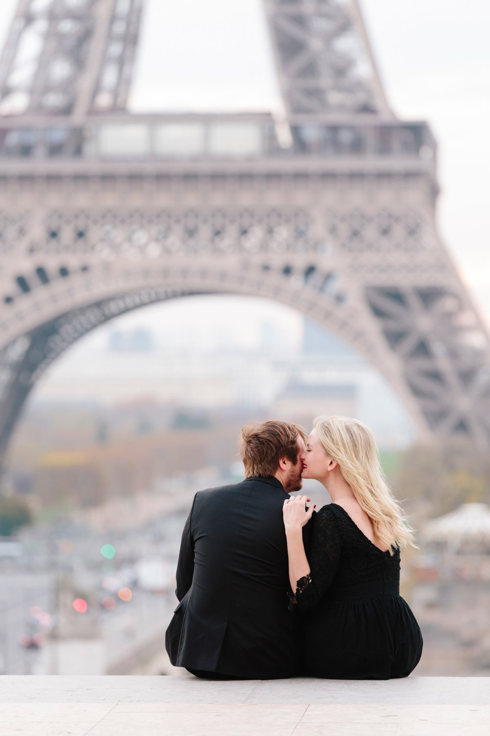 Paris engagement couple portrait at Trocadero with the view of the Eiffel Tower captured by Paris Photographer Federico Guendel