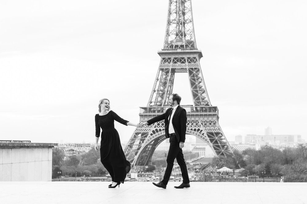 Paris Photographer Federico Guendel couple engagement session at Trocadero with the view of the Eiffel Tower black and white photograph