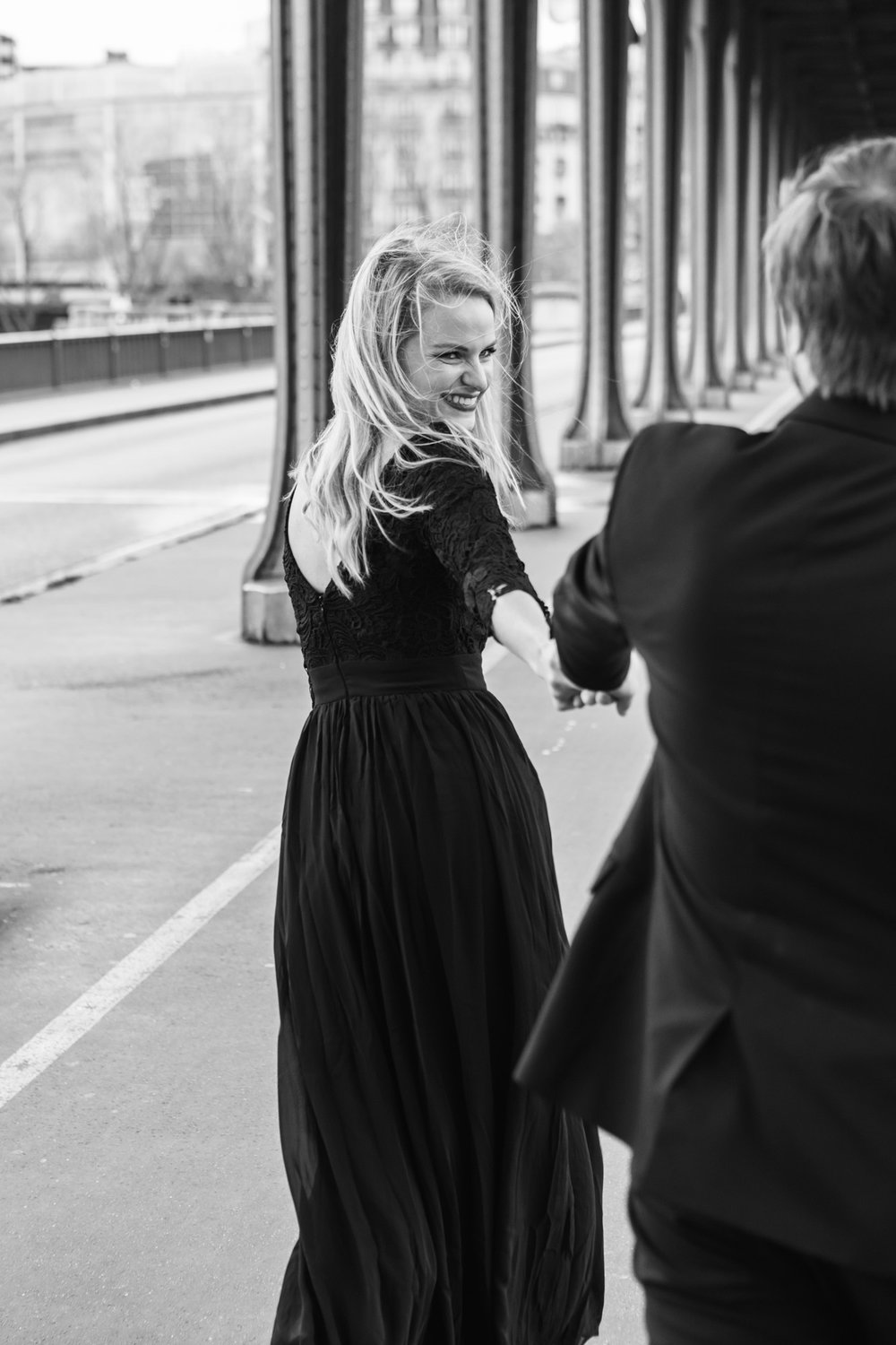 Paris Photographer Federico Guendel captured couple engagement portrait in black and white  at Pont Bir Hakeim