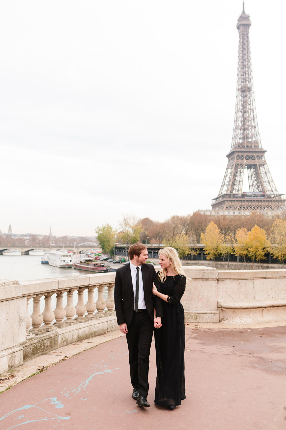 Photographer in Paris Federico Guendel captured couple engagement portrait with the view of the Eiffel Tower at Bir Hakeim Bridge