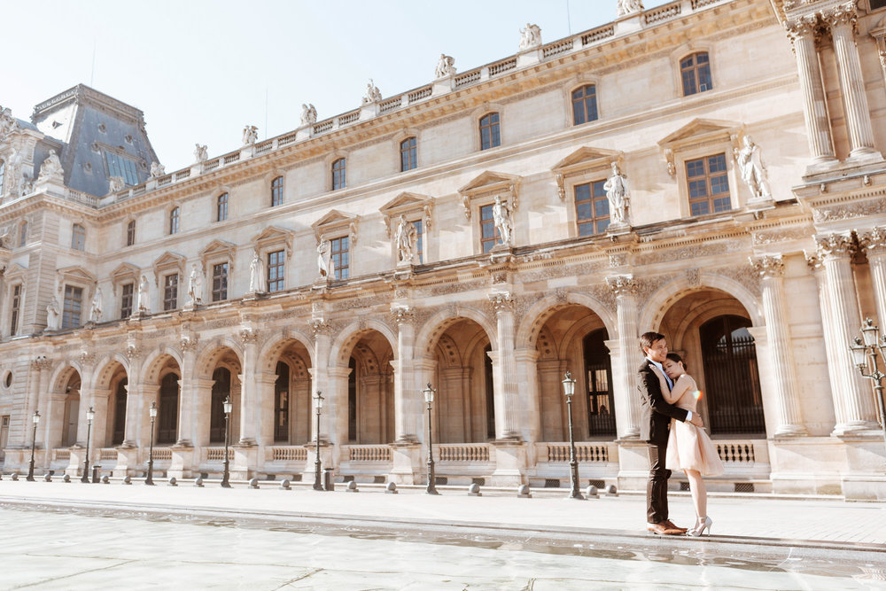 Pre-wedding couple portrait at the Louvre Museum courtyard at sunrise captured by Paris Photographer Federico Guendel