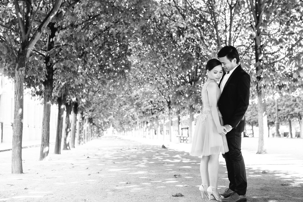 Pre-wedding couple portrait in black and white at the garden of Palais Royal captured by Paris Photographer Federico Guendel