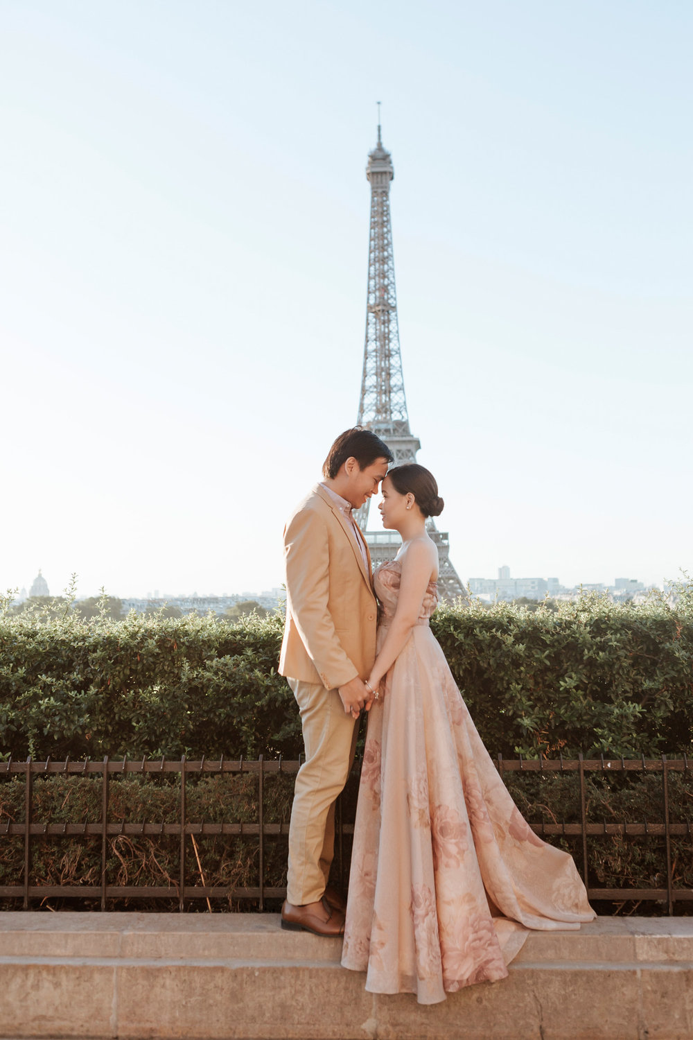 Pre-wedding couple portrait session at the Eiffel Tower in sunrise captured by Photographer in Paris Federico Guendel