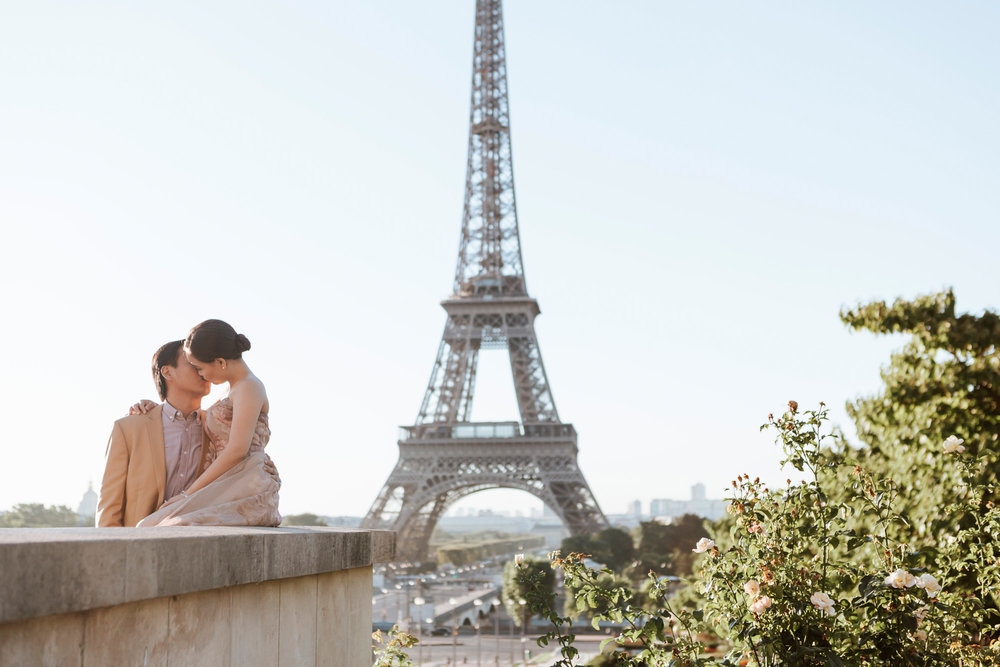 Pre-wedding couple portrait session kissing at the Eiffel Tower in sunrise captured by Photographer in Paris Federico Guendel