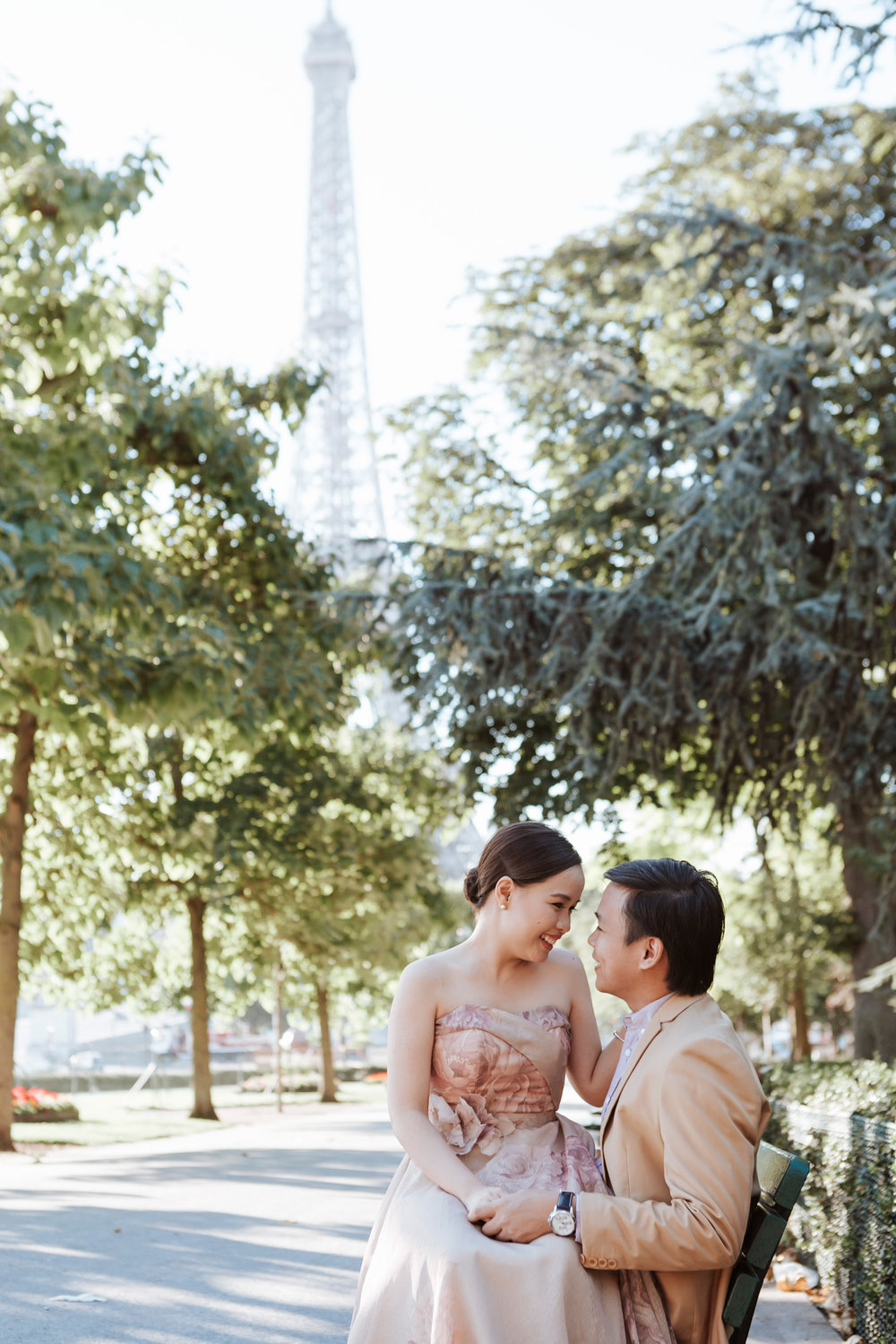 Pre-wedding couple portrait session sitting on a bench at Trocadero by the Eiffel Tower in sunrise captured by Photographer in Paris Federico Guendel