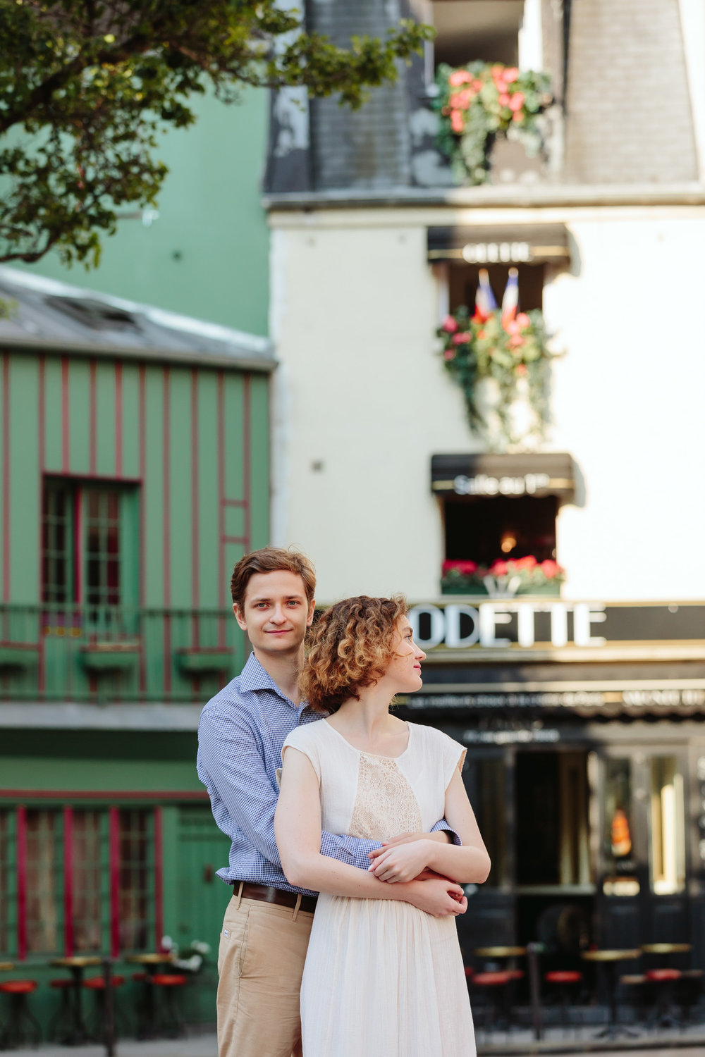 Couple hugging next to Cafe Odette in Saint Germain captured by Paris Photographer Federico Guendel IheartParisFr