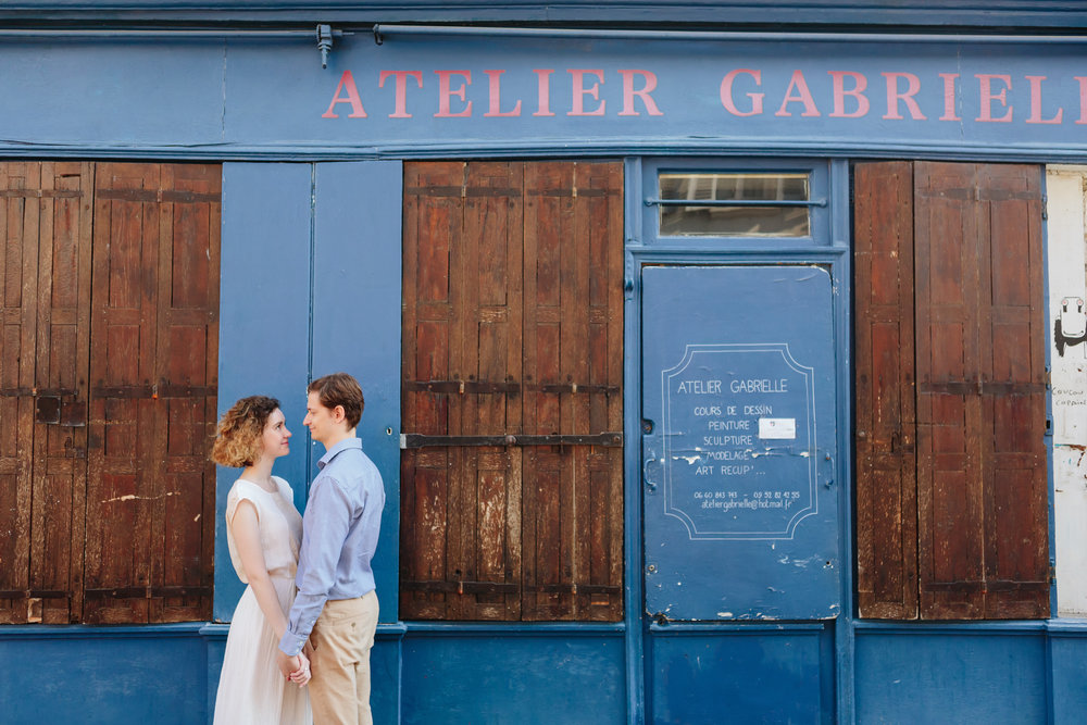 Couple in love holding hands in Montmartre captured by Paris Photographer Federico Guendel IheartParisFr