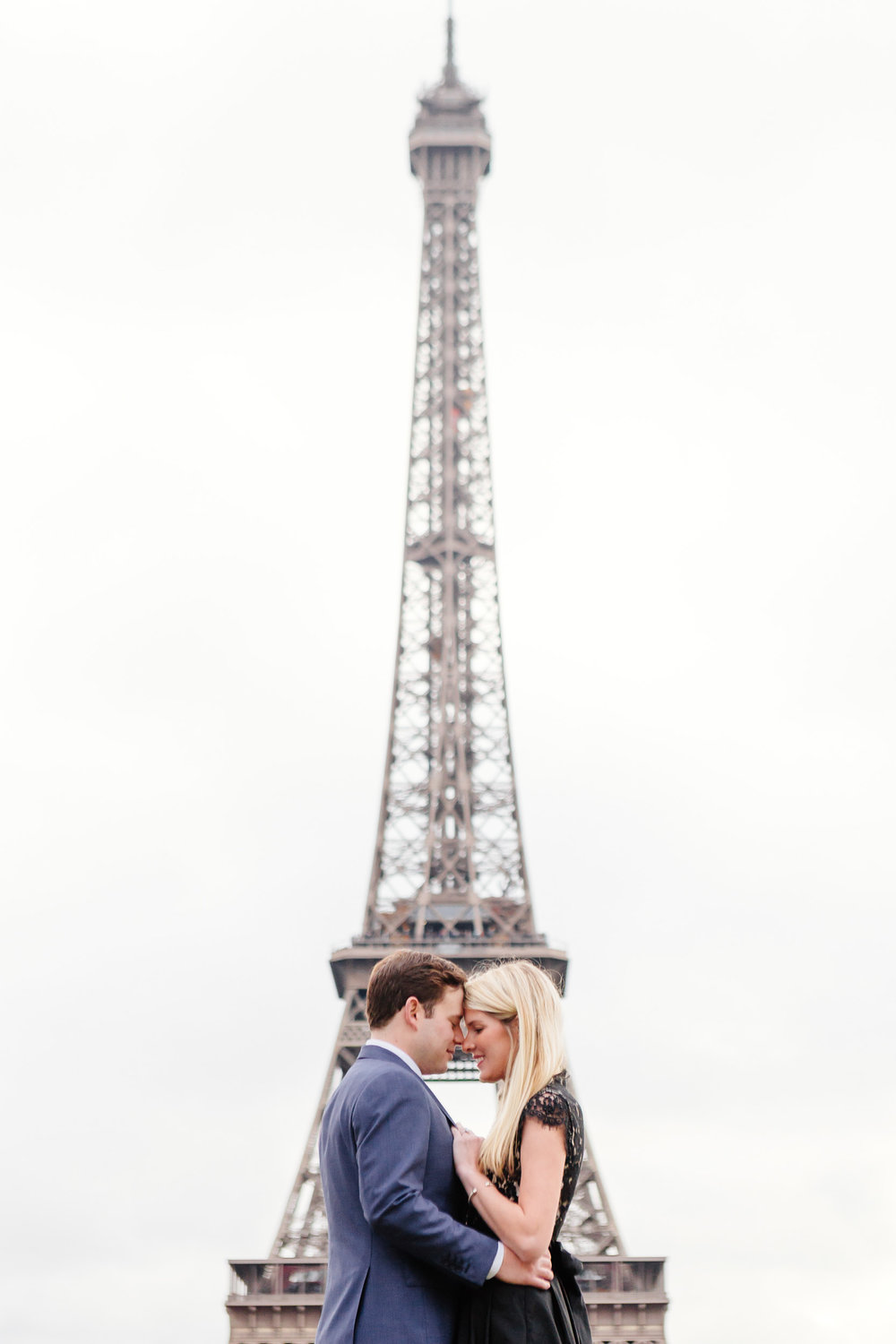 Paris vacation couple portrait at Trocadero with the view of Eiffel Tower captured by Paris Photographer Federico Guendel www.iheartparis.fr