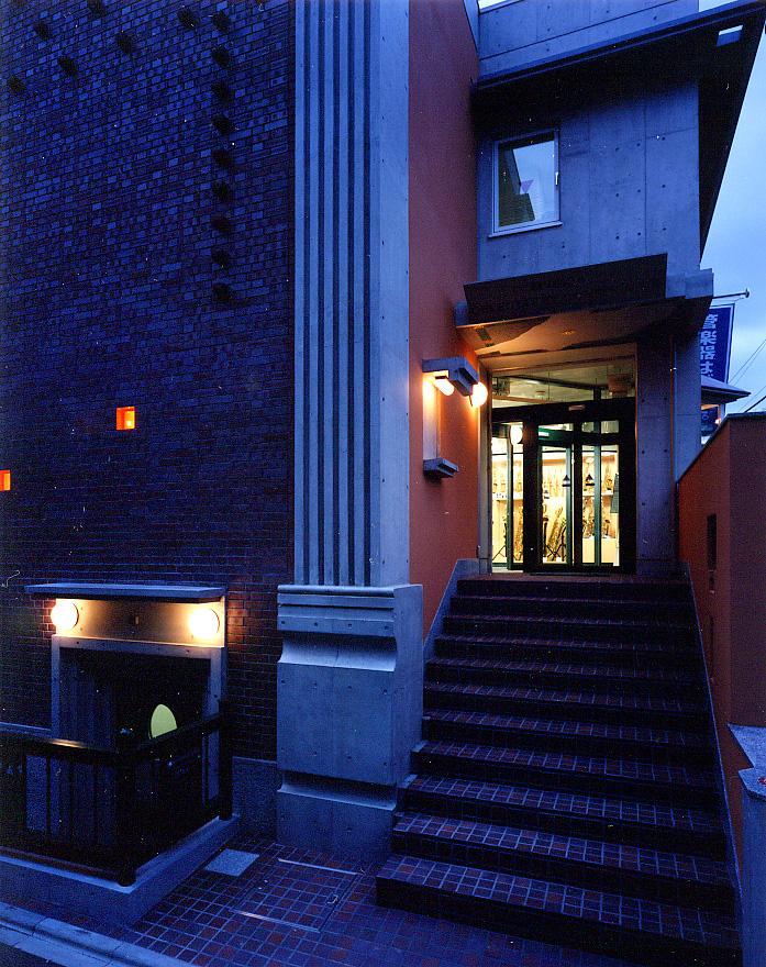 夜北側ファサード階段.jpg