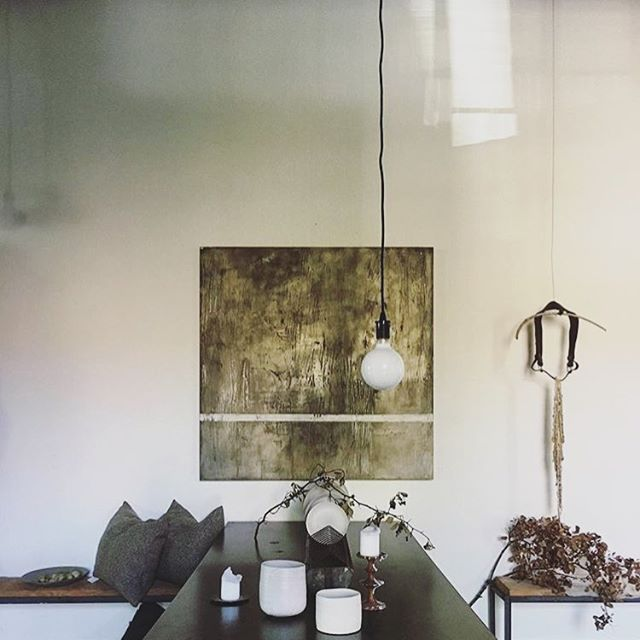 B A C K D R O P• ✨✨ ... Keep the walls light and add in the greys and browns of nature, then any other even slight colour will catch the eye. It's quite remarkable! 💕 ... 📸: @7e7___atelierstgeorge