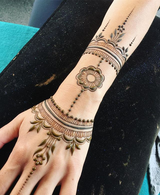 Sadly, the rain canceled our market today! You can always come down to the studio ❤ #magiciseasy #hennalove #heartfirehenna #hennapro #henna #makearteveryday