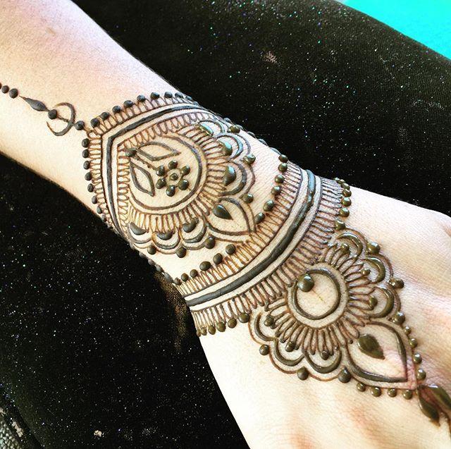 Little 🌙 #magiciseasy #makearteveryday #henna #hennalove #heartfirehenna #hennapro