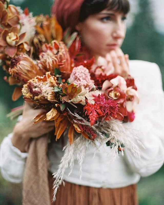 I can't let fall or the month of November slip by without sharing this bang of a beauty by @ponderosa_and_thyme for the @magnoliarouge #forageandfern workshop! @elderoak_and_thorn has me drooling with that bouquet in her hands! Image by @brumleyandwells #weddingwednesday