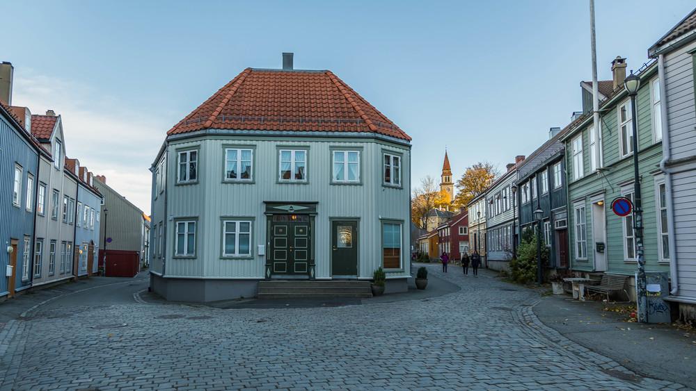 På Bakklandet i Trondheim, vandrer man bokstavelig talt på historisk grunn.