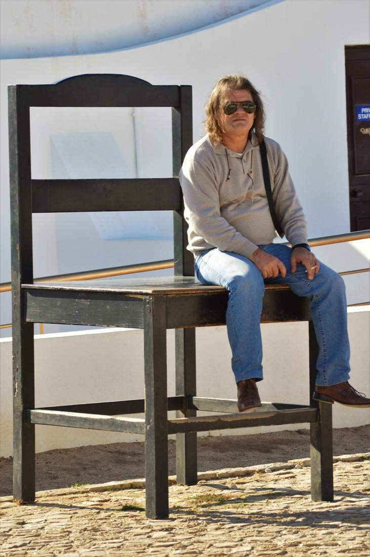 João Gomes visita o Cabo de São Vicente - 19-11-2016Fotografia do artista sentado numa cadeira gigante existente no recinto do farol.