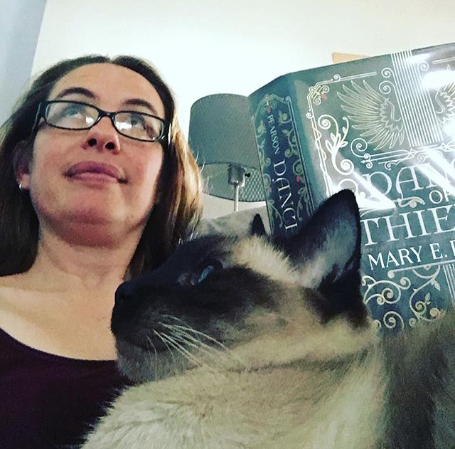Reading is more fun with cats #catsofinstagram #siamesecat #siamesecatsofinstagram #everydaymagic #amreading #marypearson #readersofinstagram