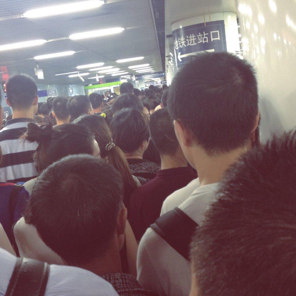 Estación de Metro bajo la estación de tren de Beijing