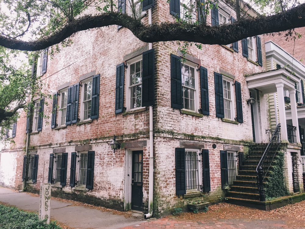 Savannah Photo Diary - This little gem of a city in Georgia is the perfect place to spend a weekend. The historic district is beautifully preserved and you can spend a few days just wandering around every street, stopping at squares to people watch, walking along the river, or taking a historical tour by foot or trolley.