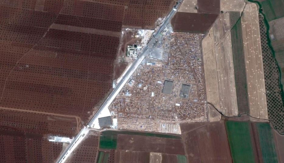 An IDP camp in Syria next to a border crossing with Turkey. Image: Google Maps.